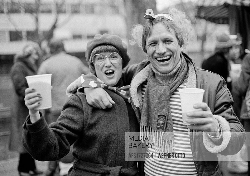 Eighties, black and white photo, people, Rhenish carnival, Rose Monday parade 1981, young couple caress each other and is very happy, aged 30 to 40 ye...