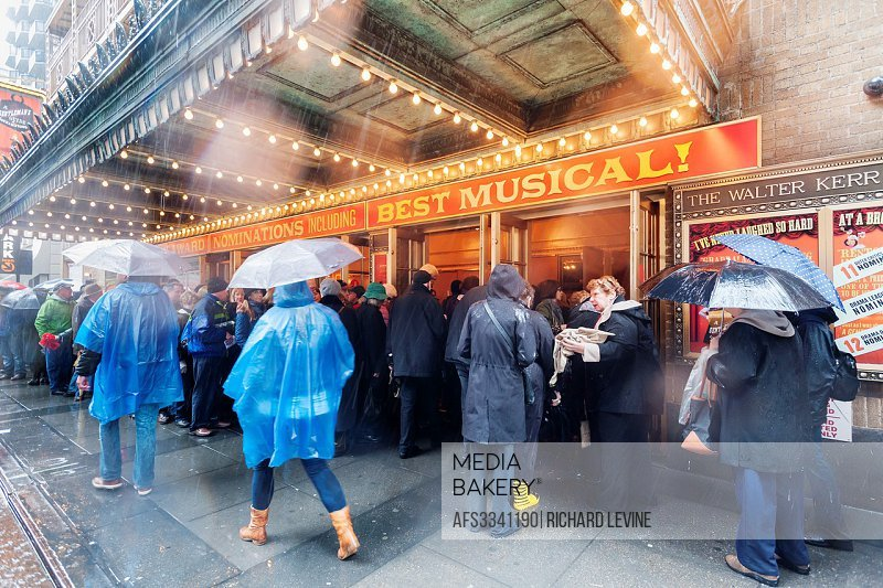 Theatergoers are lined up in the rain outside of the Walter Kerr Theatre where ´´A Gentlemen´s Guide to Love and Murder´´ is performing. ´´Gentlemen´s...
