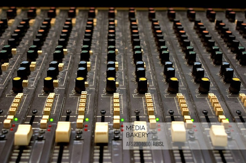 Soundcraft 1600 analog mixing desk
