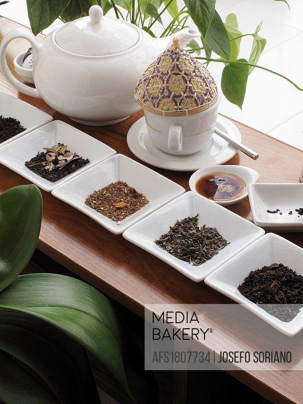 Black tea with berries, green tea, rooibos, black tea with jasmine and black, east