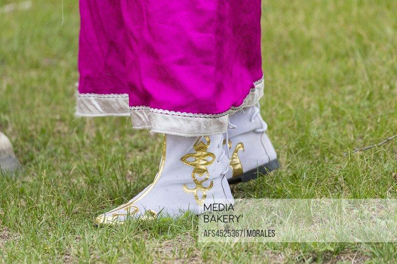 China, Inner Mongolia, Hebei Province, Zhangjiakou, Bashang Grassland, Mode, Mongol woman traditionnaly dressed, detail of the boots.