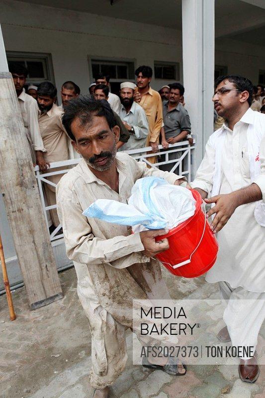 aid distribution to pakistan flood victims