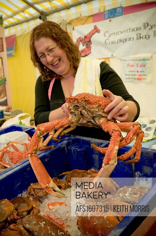 Mediabakery - Photo by Age Fotostock - Woman on market stall holding