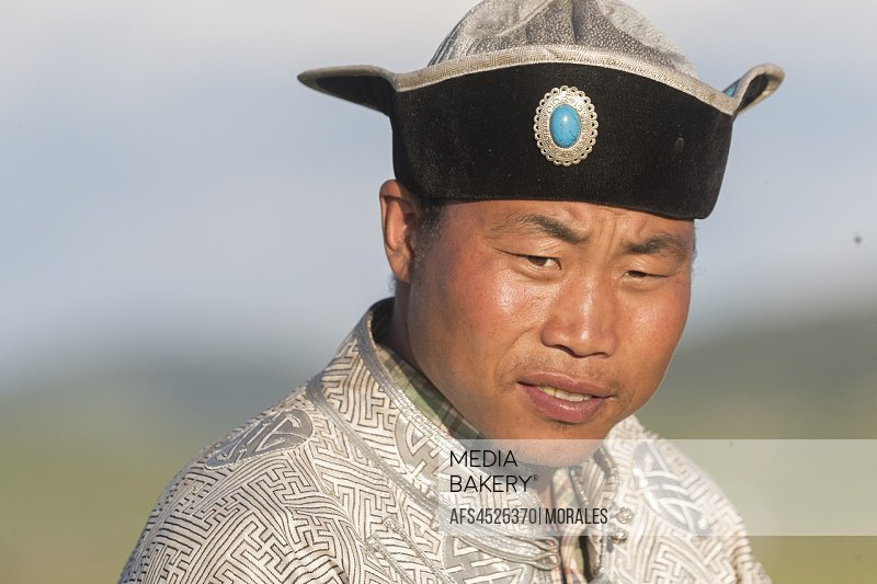 China, Inner Mongolia, Hebei Province, Zhangjiakou, Bashang Grassland, Mongolian man traditionnaly dressed.