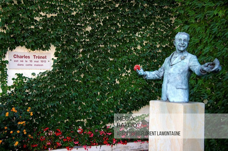 France, Languedoc Roussillon, Aude (11), Narbonne - Statue of the famous french singer Charles Trenet in front of the house museum where he was born