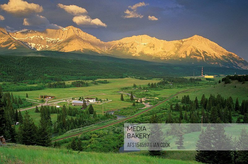 Crowsnest Valley west of Coleman, Rocky Mountains, Crownest Pass, Alberta, Canada