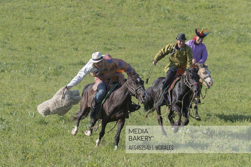 China, Inner Mongolia, Hebei Province, Zhangjiakou, Bashang Grassland, Mongolians traditionnaly dressed on a horse, traditional exercise of address.