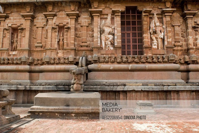 Mediabakery - Photo by Age Fotostock - Carved Statues of