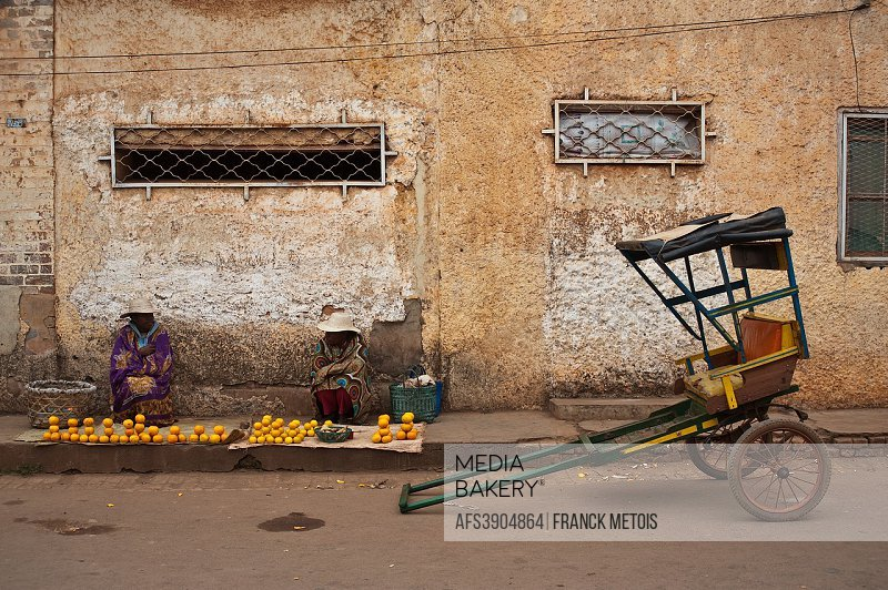 Women selling oranges + rickshaw at Ambalavao ( Madagascar).
