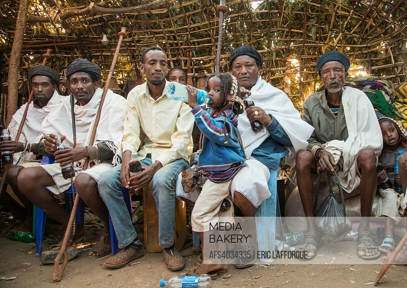 Mediabakery - Photo by Age Fotostock - Men inside a traditional hut