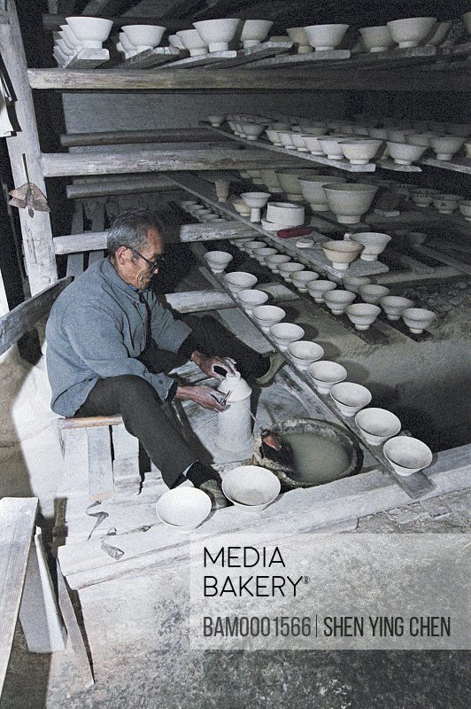 The ancient kiln senior entertainer is manufacturing the ceramics, Jingde Town Ancient kiln, Jiangxi Province of People's Republic of China
