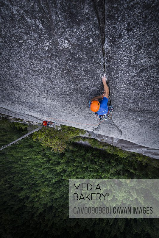 Man crack rock climbing in Squamish view from top exposed multipitch