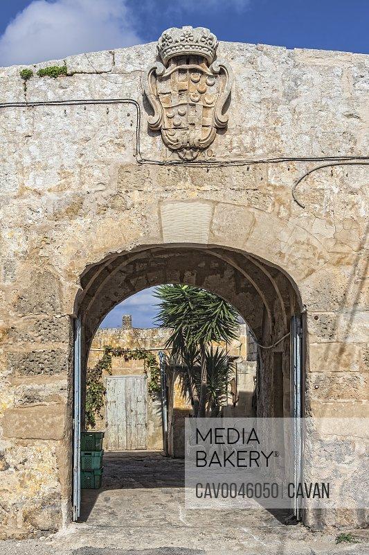 Ghajn Qajet Farmhouse with Knights of Malta coat of arms