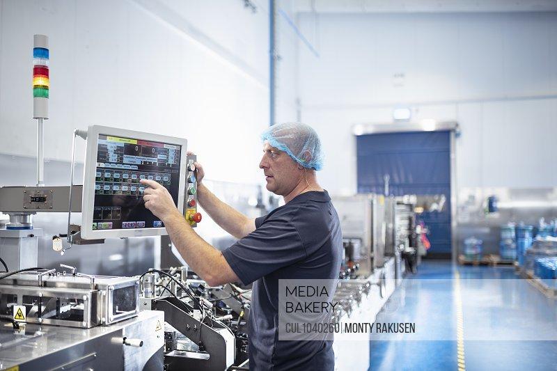 Printer using control screen of food packaging printing machine in print factory
