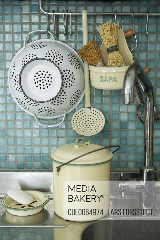 Strainer and kitchen sink