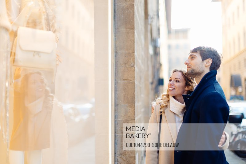 Couple window shopping, Firenze, Toscana, Italy
