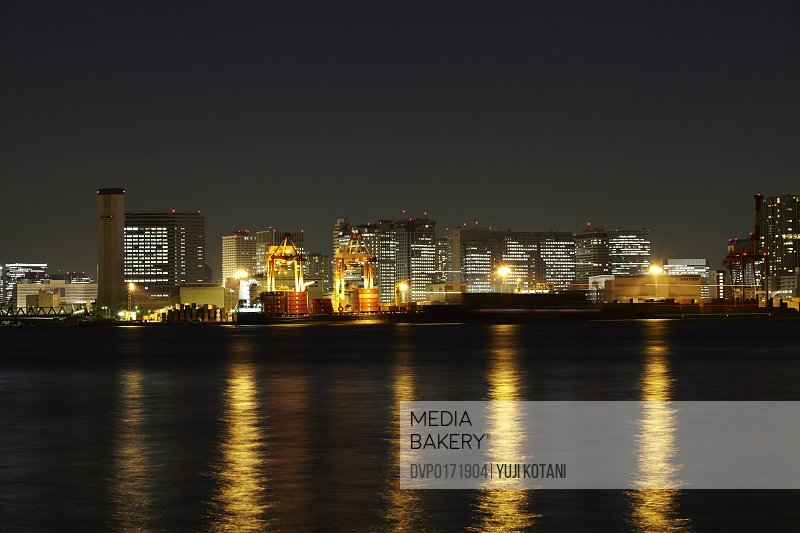 A port and night view/n