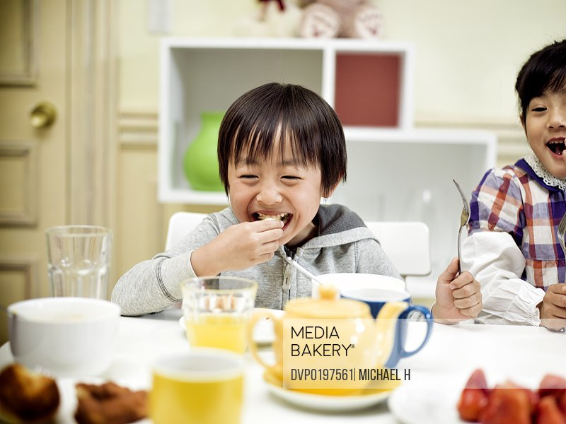 children at dining table eating a breakfast