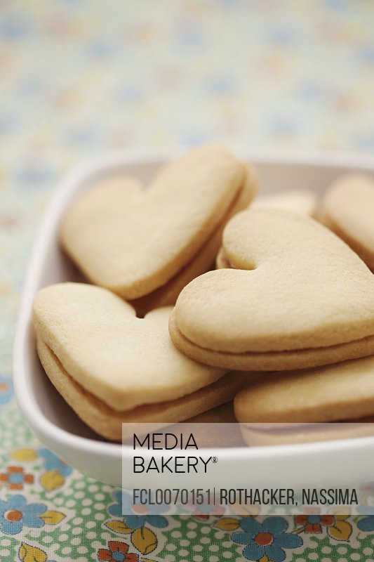 Heart-shaped biscuits filled with jam