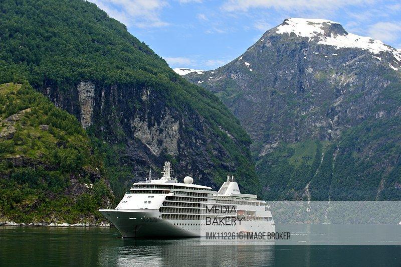 Kreuzfahrtschiff Silver Whisper im Geirangerfjord, Geiranger, Norwegen