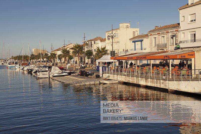 Promenade mit Restaurants und Fischerbooten am Hafen, Petit Camargue, Le-Grau-du-Roi, Department Gard, Languedoc-Roussillon, Südfrankreich, Frankreich
