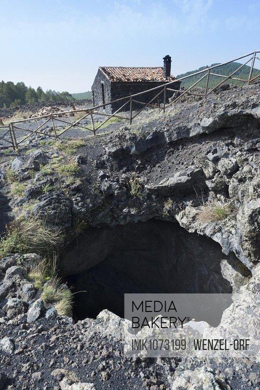 Grotta S. Barbara, Vulkanschlot am Wanderweg, Lavafeld von 1780, Südwestflanke am Vulkan Ätna, UNESCO Weltnaturerbe
