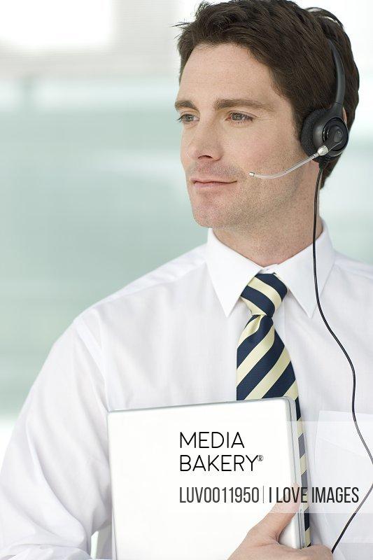 male worker wears headphones - 533×800