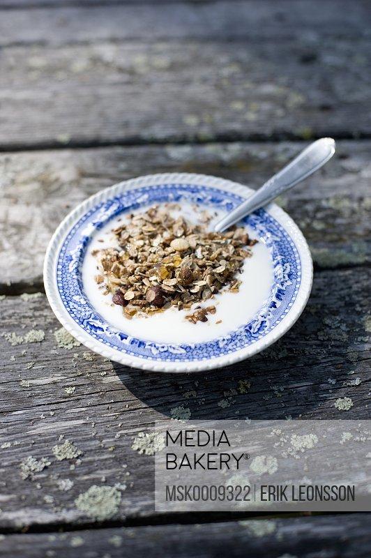 Plate with muesli
