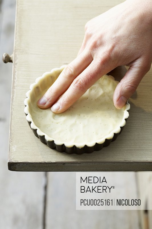 Applying the pastry in the mould
