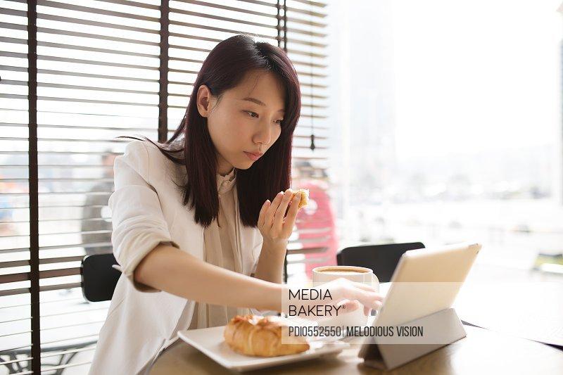 asian businesswomen rest in coffee hall