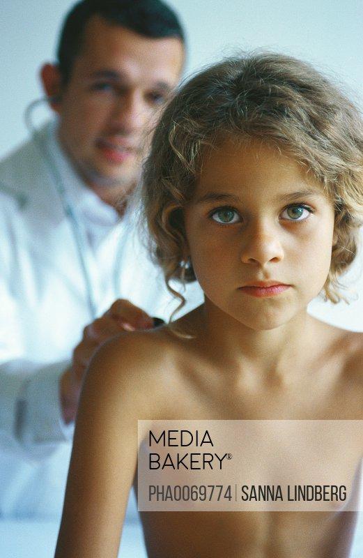 Mediabakery - Photo by PhotoAlto Images - Doctor examining