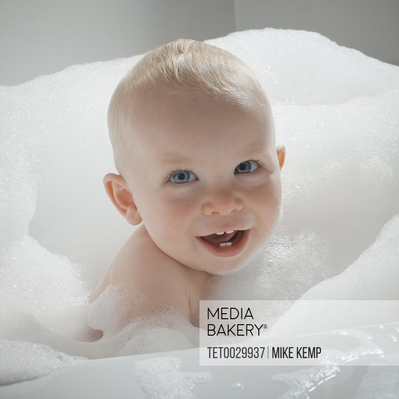 Mediabakery - Photo by Tetra Images - Baby in bathtub