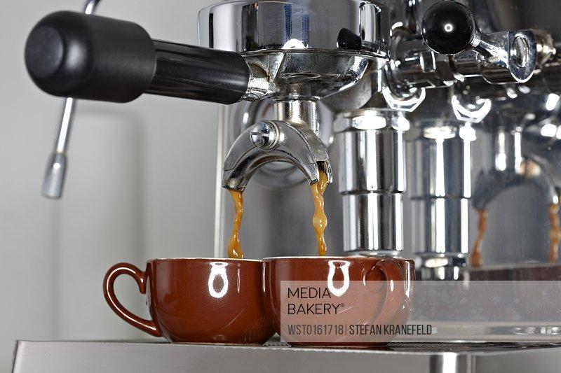Esspresso machine preparing coffee