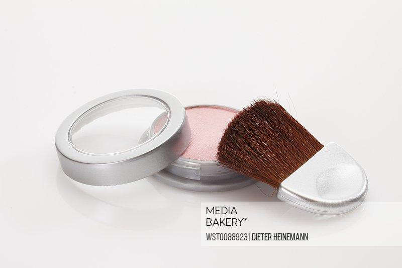 Make-up powder and blusher brush, close-up