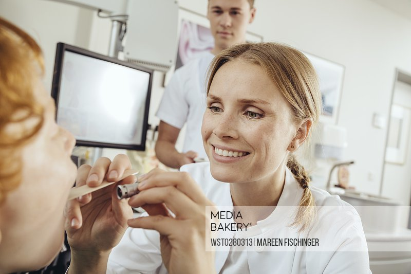 Mediabakery - Photo by PhotoAlto Images - Doctor looking